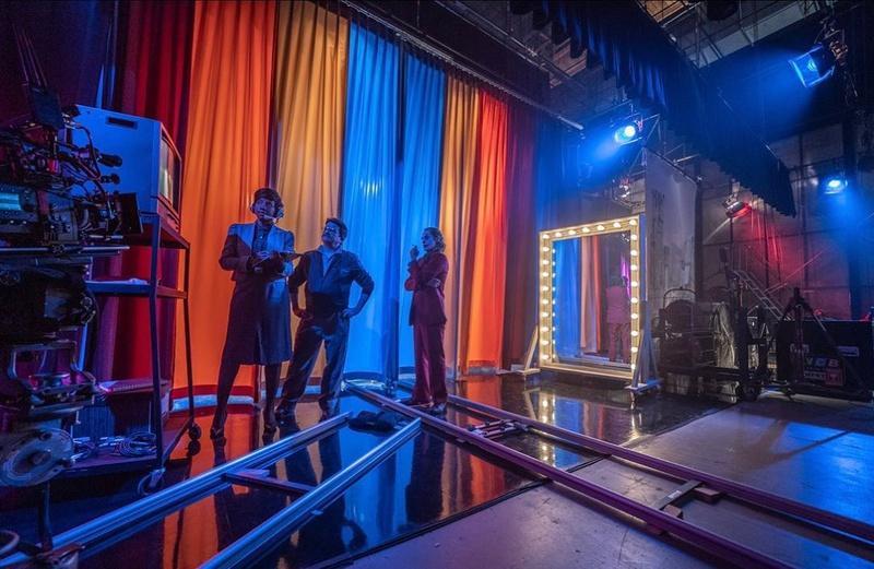 Joaquin Phoenix as Joker backstage with two crew members