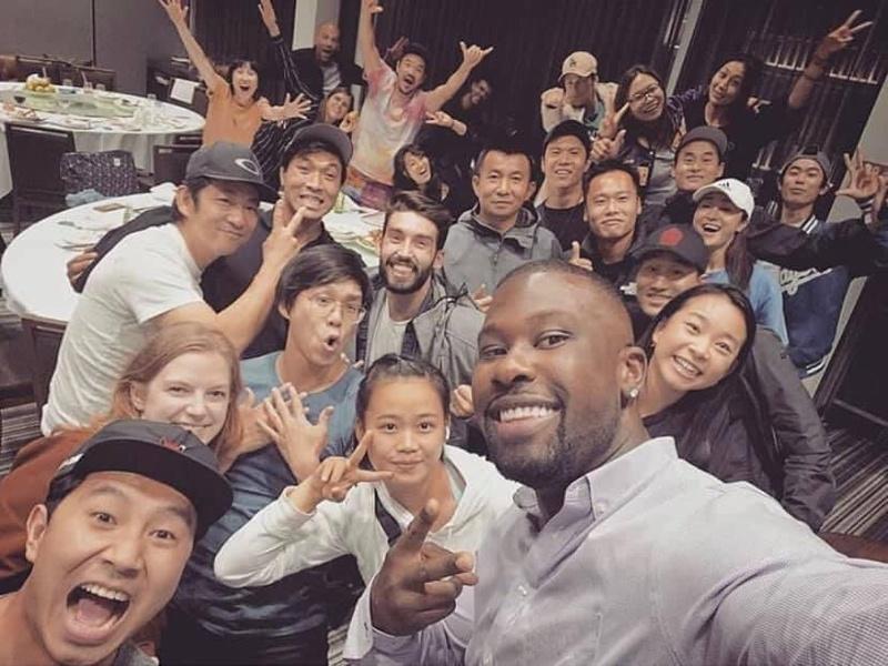 Simu Liu e il cast e la troupe di Shang-Chi